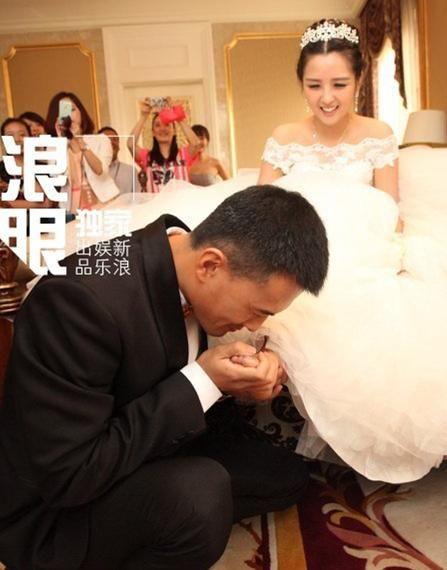 何洁大婚被吻玉足 十大明星重口味婚礼