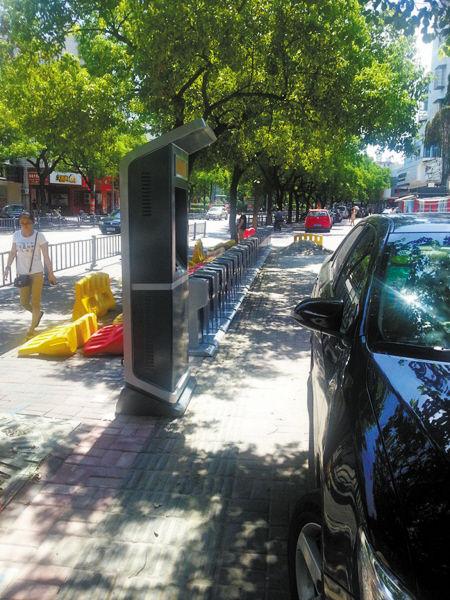 公共自行车租借点占了盲道。