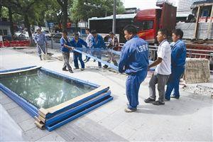 7位工人合力将货物从车上卸下