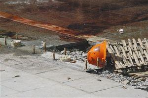 海曙马园路,地上遗留着一顶安全帽,上面沾满血迹