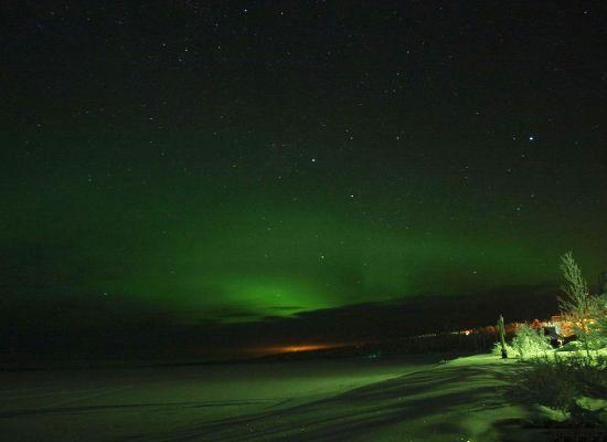 超越雷克雅维克(冰岛首都)的极光