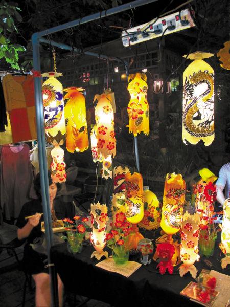 周末市集会销售特色的手工艺术品