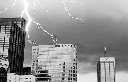 昨天下午4点多,市区乌云密布,电闪雷鸣,部分地段下起了豆大的雨点。图为三江口上空的闪电。