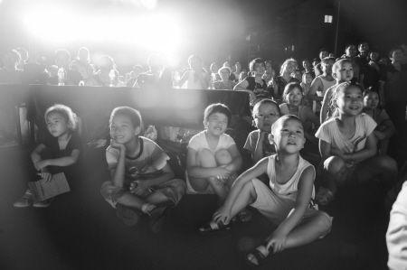 精彩的演出孩子们看得津津有味。徐佳伟 摄
