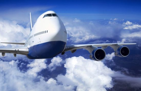 飞机穿越云层