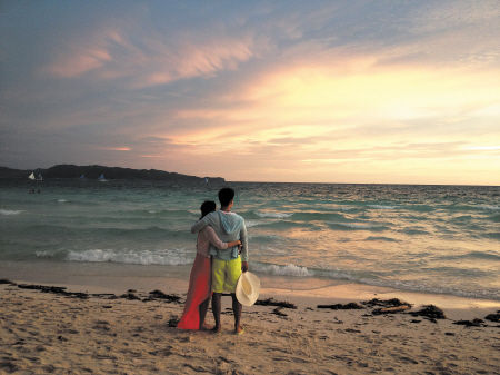一对情侣正在欣赏夕阳。