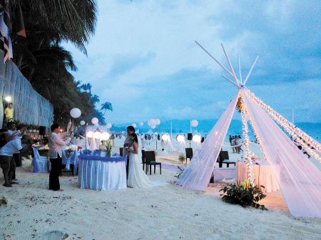 黄昏,一对新人在沙滩上举行圣洁的婚礼。