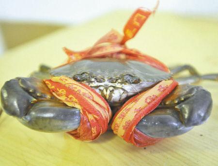 现在,市面上的青蟹非常肥美。 记者 王增芳 摄