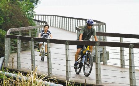 东钱湖畔市民环湖骑车