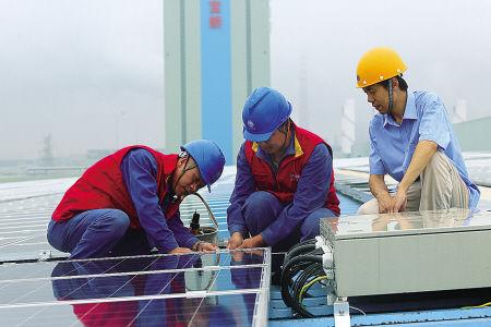 电力部门在对全市最大的光伏发电项目进行设备维护。(冯瑄 王幕宾 摄)