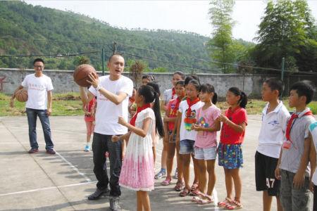 支教职工在教孩子们打球