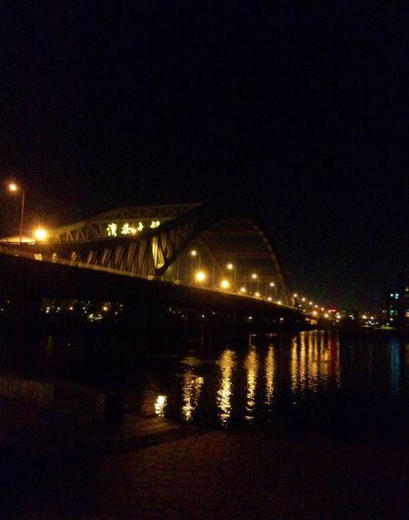 宁波湾头大桥附近上演求婚 男女主角浪漫拥吻