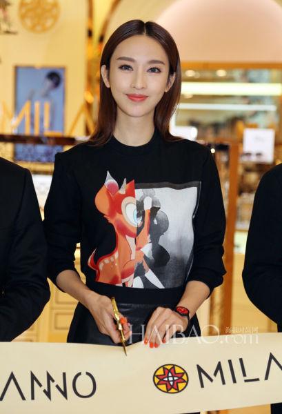 组图:张俪身着纪梵希印花上衣出席新店上海开幕
