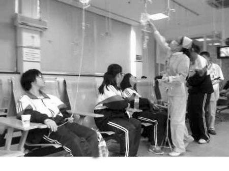 多名学生在医院打点滴。(微博截图)