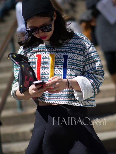 数字图案上衣成街拍最潮单品达人演绎运动风格