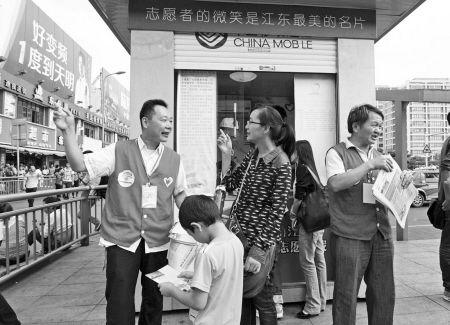 国庆首日宁波火车东站志愿者热心为市民服务