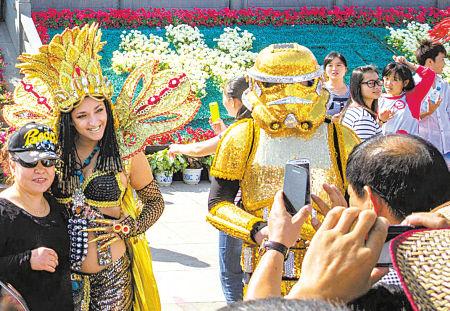 影视嘉年华活动吸引了众多游客。(施超 张陆沁 摄)