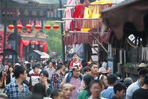 10月2日,象山影视城内人头攒动。国庆长假期间,宁波周边各大景区游客爆满,不禁让人感叹,到底是逛景区,还是逛人海? 记者 贾东流 摄