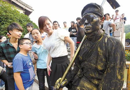 象山影视城行为艺术表演引游客驻足