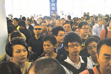 在售票大厅游客排队购票现场