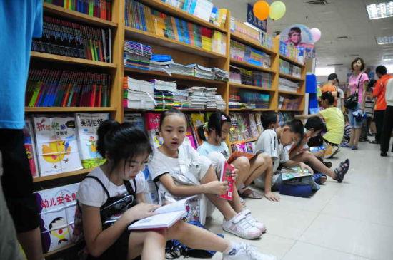 不少市民在书城阅读