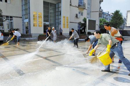 教工正在对校园进行消毒清洗。