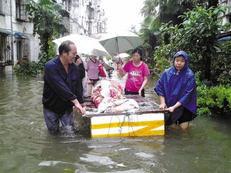 永丰社区自制小船用于转移老年人.