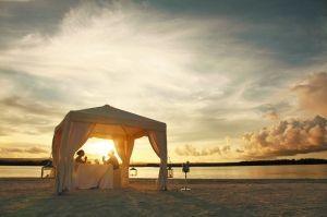 毛里求斯海滩上的烛光晚餐