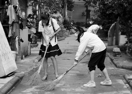"""宁波七中小蜜蜂义工团的学生在王隘一村参与""""随手清洁""""公益行动。"""