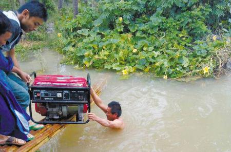 宁波移动一名抢修人员游过几乎淹没人的积水运送柴油机。