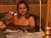 美女在啤酒里泡澡