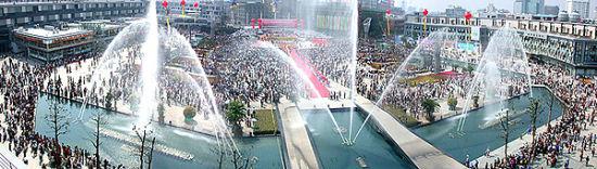 如果路过天一广场,可以看到曾经号称亚洲第一高度的音乐喷泉!