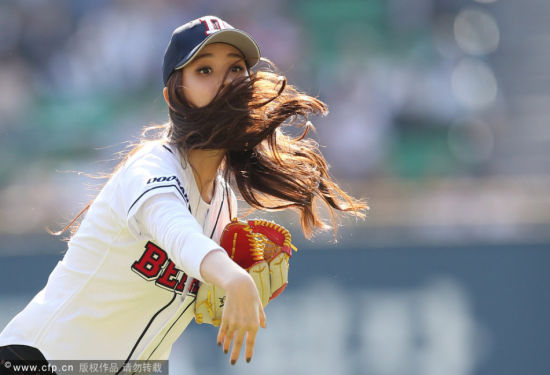 女星李多海为韩国职棒开球明朗笑容清甜可人
