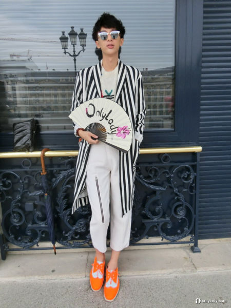 组图:潮人游走巴黎时装周小墨镜扮出大潮流