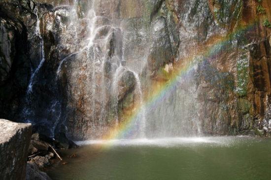 挂在岩壁的水溪和惊喜的彩虹呈现