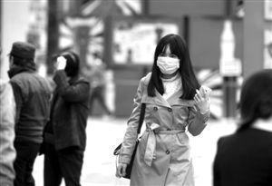 宁波东门口,市民戴着口罩出行 记者 贾东流 摄