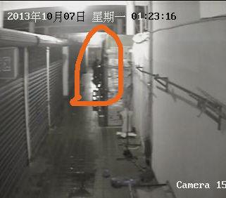 正在作案的犯罪嫌疑人。监控视频截图