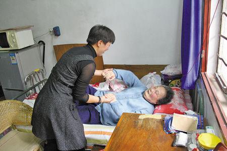 应红雅正在照顾林菊英老人。