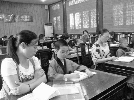 家长陪同孩子诵读国学经典