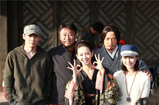 左起:祖峰、导演刘涓、戚薇、段奕宏、徐麒雯合照