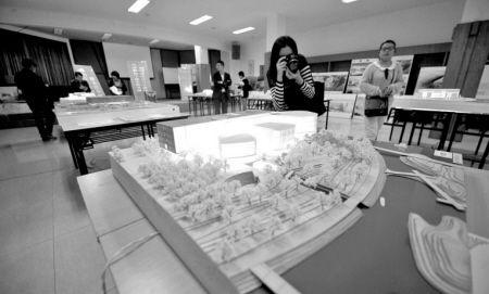 宁波市图书馆大堂二楼多功能厅摆放的图书馆设计方案。市民朋友可到现场评选。
