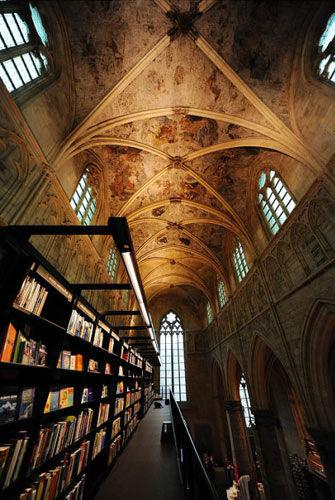 每个进入的人仰视那高高的穹顶,庄严雄伟的大厅时,都会产生一种神圣的感觉
