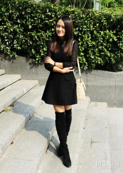 美女晒显瘦搭配五分裙配过膝靴打造淑女风