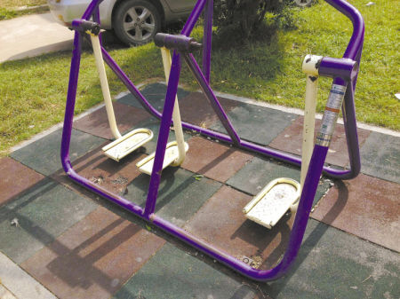 双东坊社区内的健身器材有的已经损坏,有的则锈蚀严重。 傅钟中 摄