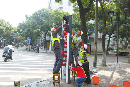 镇海区城管义工清洁城区街头