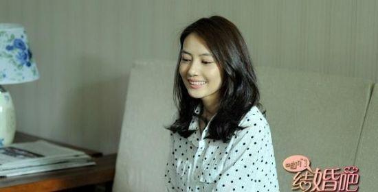 黑波点衬衫,宽松款式衬托了女主角甜美笑容,沉稳而散发出淡淡清新感。