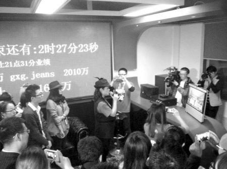 GXG电商总部里,员工正和马云以及阿里高管进行视频连线。记者 孙美星 摄
