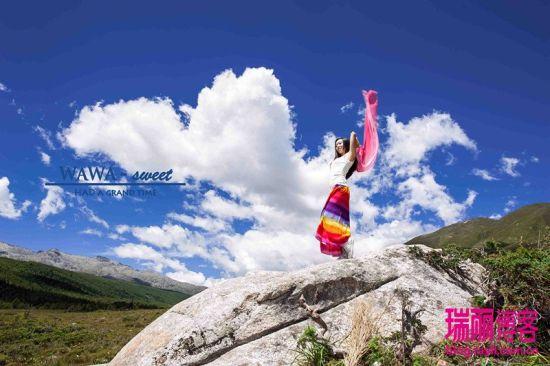 记录甘孜木格措之旅美女自拍