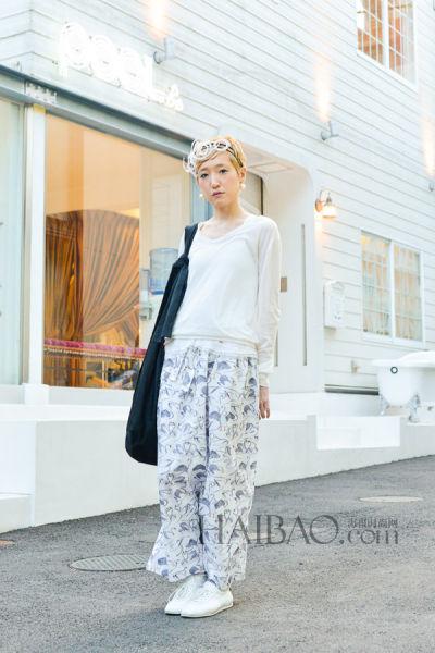 白色搭配花裤子