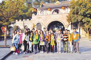 旅游体验团在溪口武岭前合影。